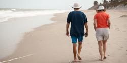 Couple de retraités marchant sur la plage