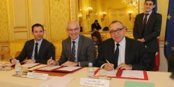 Benoît Hamon, Thierry Repentin et Alain Cordesse signent une convention cadre