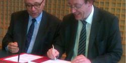 Alain Cordesse, Président de l'Usgeres et Jean-Patrick Gille, Président de l'UNML signent le protocole de coopération le 29 janvier 2013